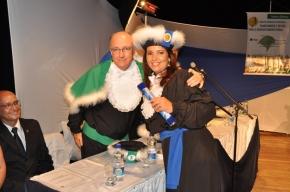 Prefeito Gil posa para foto com aluna formanda após a entrega do diploma
